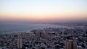 黄昏在海法,从路易斯散步的全景视图在bahai庭院北部以色列 免版税图库摄影