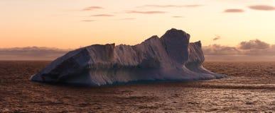 黄昏浮动的冰山大海运 免版税图库摄影