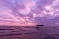 黄昏的一个湖,与在天空的美好,温暖的口气的云彩 库存照片