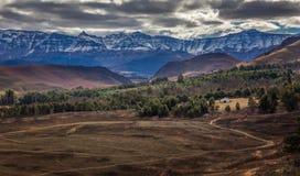 黄昏的德拉肯斯山脉 库存图片
