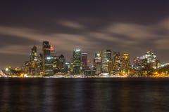 黄昏的悉尼与有启发性的skyscapers 免版税库存图片