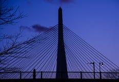黄昏的波士顿步行者与隐约地出现在背景中的Zakim桥梁 免版税库存照片