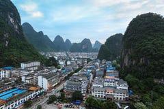 黄昏的美丽的yangshuo城镇 库存照片