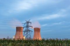 黄昏的能源厂 免版税库存图片