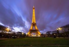 黄昏的艾菲尔铁塔在巴黎,法国 免版税库存照片