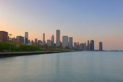 黄昏的街市芝加哥 免版税库存图片
