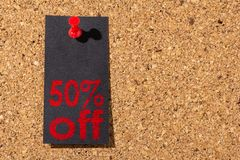 黄柏盘区 红色图钉,黑纸:黑星期五概念 免版税库存照片