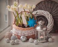 黄水仙和一个灯笼在窗口里在圣诞节前 免版税库存照片