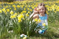 黄水仙复活节彩蛋领域女孩搜索 图库摄影