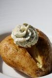 黄油带皮烤的马铃薯 免版税库存照片