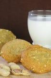 黄油曲奇饼玻璃牛奶花生 免版税图库摄影