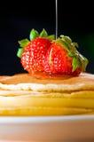 黄油蜂蜜薄煎饼草莓 免版税图库摄影