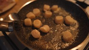 黄油融解到在煎锅的泡影里 免版税库存图片