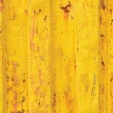 黄海货箱背景,生锈的波纹状的样式,红色底漆涂层,垂直生锈了详细的钢纹理 免版税库存照片