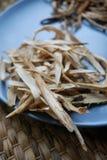 黄琦在板材切和烘干的距骨根 免版税库存照片