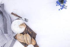 黄瓜垂度著名新鲜的希腊tzatziki酸奶 著名希腊taziki新垂度用黄瓜 新鲜面包、毛巾和白色背景 复制空间 免版税库存照片