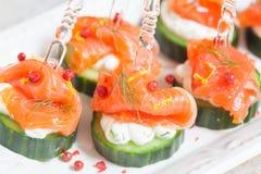 黄瓜用莳萝乳脂干酪和熏制鲑鱼开胃菜 免版税库存照片