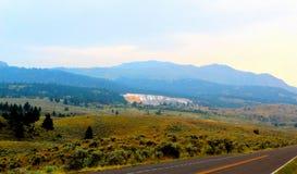 黄石国家公园马默斯斯普林斯风景山和森林地美丽的峭壁 库存图片