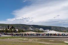 黄石,怀俄明:游人和参观老Faithfull人群,在它喷发前 免版税库存图片