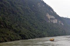 黄色中国小船在长江 库存照片