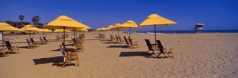 黄色伞和海滩睡椅 免版税库存图片