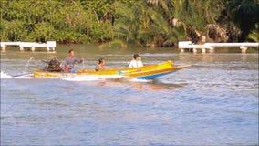 黄色传统泰国木汽船,英尺长度陈列人们怎么使用它当水通勤者在运河 股票视频