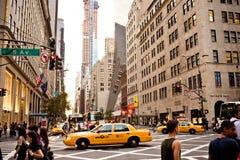 黄色出租汽车在第5条大道乘坐在纽约 免版税库存照片