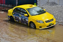 黄色出租车在雨水黏附了在孟加拉国 免版税库存照片