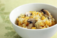 黄色分开的豌豆和奎奴亚藜用蘑菇 免版税库存图片