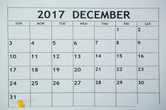 黄色别针推挤在天第31在白色日历的月底 免版税库存图片
