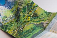 黄色别针表示一个目的地的地点在地图的 免版税库存图片