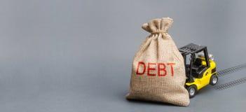 黄色叉架起货车不可能举袋子以题字债务 无能偿还贷款,债务的结构调整 高事务 免版税库存照片