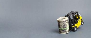 黄色叉架起货车不可能涨巨大的捆绑美元 昂贵的贷款税务负担 吸引投资 高费用和 免版税图库摄影