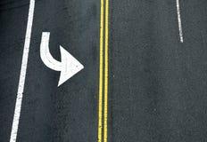 黄色双重实线和转动的箭头 在asp的路标 库存照片