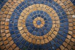 黄色和灰色装饰石头地板圆的美丽的铺路石  现代被环绕的装饰区域在公园 免版税库存图片
