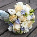 黄色和空白玫瑰婚礼花束  免版税库存照片