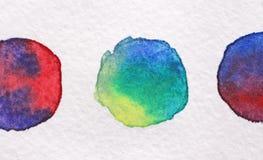 黄色和绿色圈子由水彩制成在白皮书 Wate 免版税库存照片