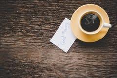黄色咖啡在老木桌上的早晨 免版税库存图片