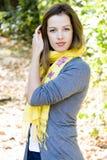 黄色围巾的妇女 库存图片