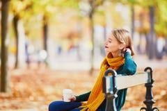 黄色围巾的愉快的女孩走在秋天公园的 免版税图库摄影