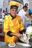 黄色围裙的厨师 图库摄影