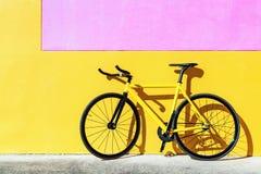 黄色固定的齿轮自行车 免版税库存照片
