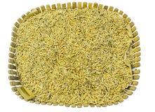 黄色在白色的茉莉属成熟米 库存图片