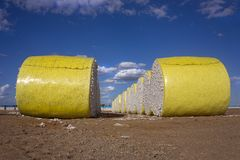 黄色塑料被包裹的棉花大包 库存图片