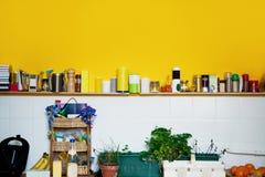 黄色墙壁在厨房里 免版税图库摄影