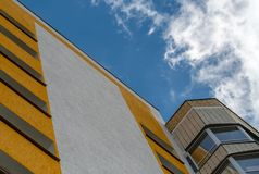 黄色多层的房子的角度 库存图片