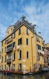 黄色大厦围拢的一条安静的运河在市威尼斯 免版税库存图片