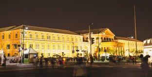 黄色大厦在晚上在曼谷, 2017年11月28日 图库摄影