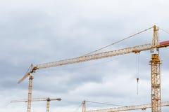 黄色大厦constraction抬头反对灰色天空 库存图片