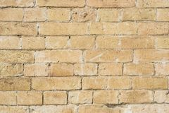 黄色大洪水前石工一块石砖的织地不很细背景  部分地被毁坏的墙壁 背景黑色蓝色砖组合grunge纸张砂岩构造口气 免版税库存照片